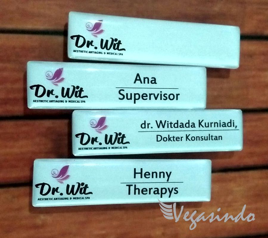 contoh name tag magnet acrylic